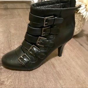 Connie zip up booties! Size 7.